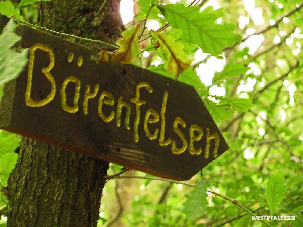 Hinweisschild zur Bärenhöhle bei Rodalben am Wegesrand (2014).