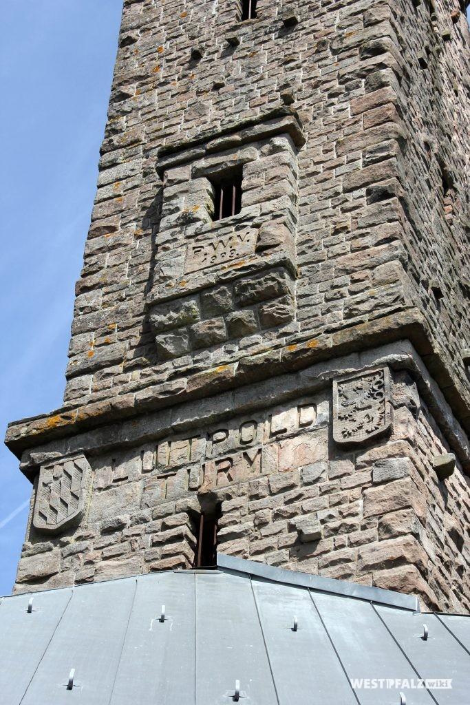 Inschrift und Wappen auf dem Luitpoldturm