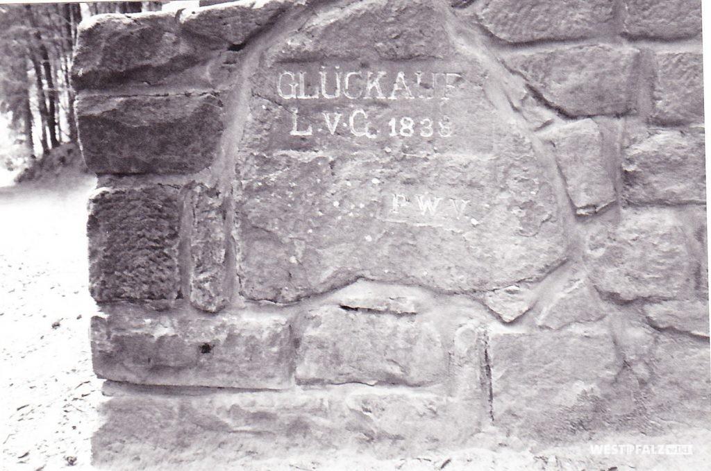 """Ritterstein """"Glückauf L. v. G. 1838"""" (Ritterstein Nr. 9), östlich und oberhalb von Nothweiler"""