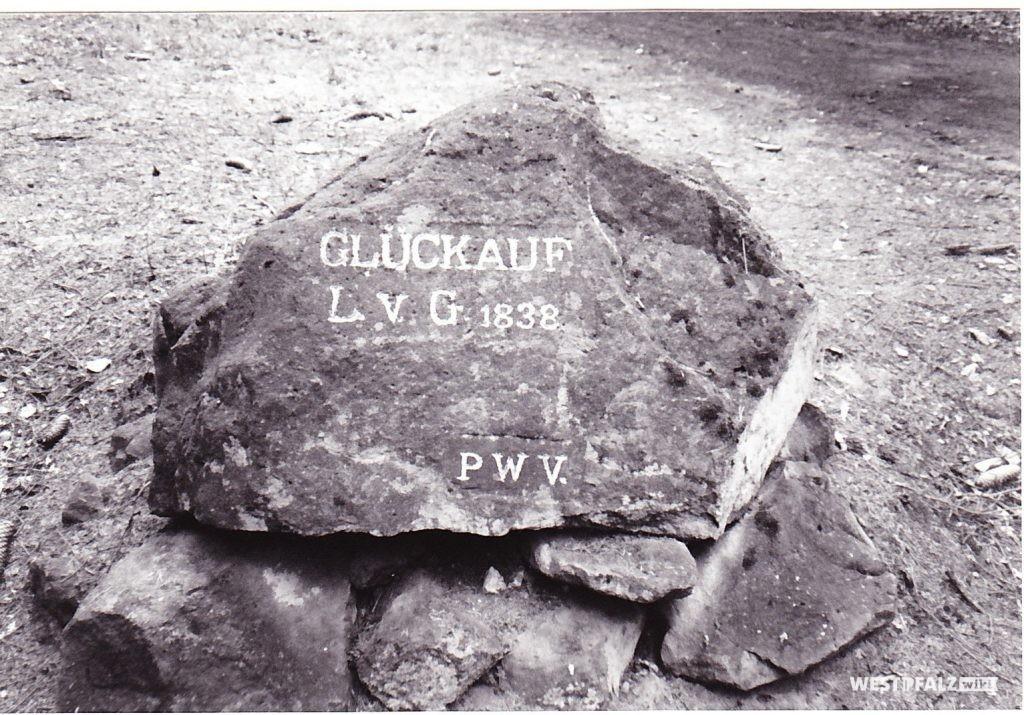 """Ritterstein """"Glückauf L. v. G. 1838"""" (Ritterstein Nr. 10) östlich von Nothweiler im Dackental"""