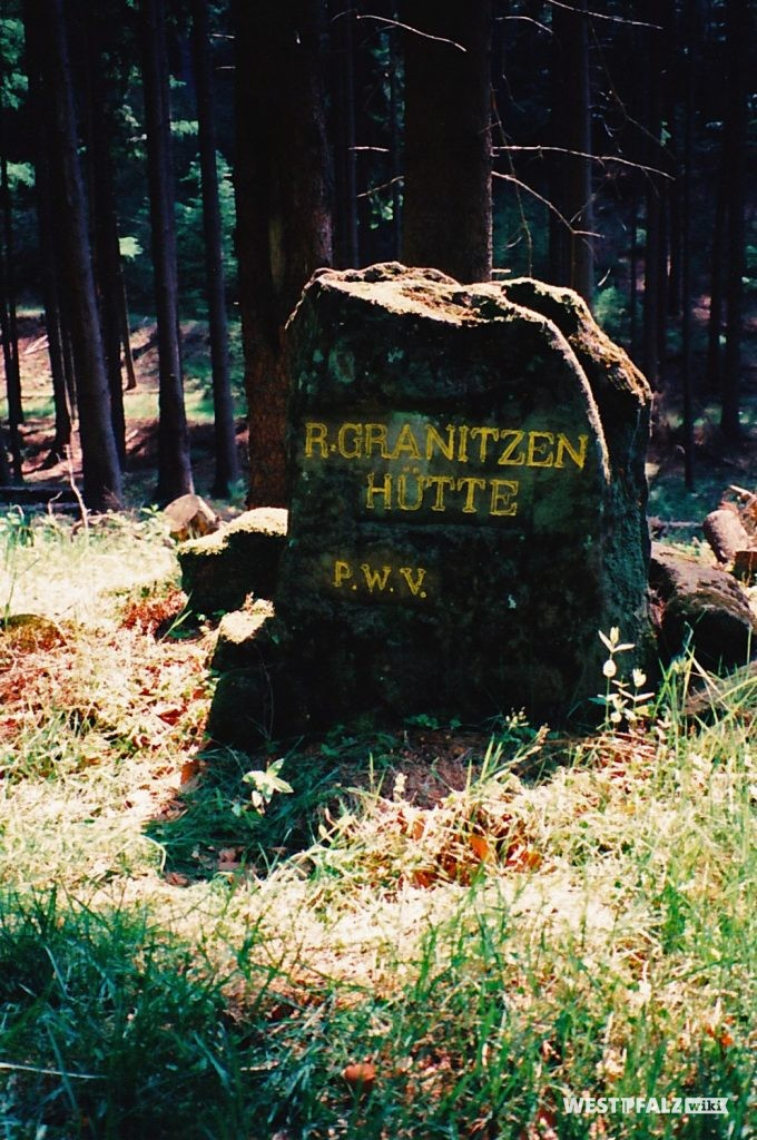 """Ritterstein """"R. Granitzenhütte"""" (Ritterstein Nr. 40) im Horbachtal westlich der Einmündung des Mautzenbaches in den Horbach."""