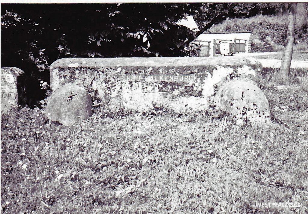 """Ritterstein """"R. Neu-Falkenburg"""" (Ritterstein Nr. 45) am Fuße des Schlossberges östlich der Ruine der Falkenburg"""