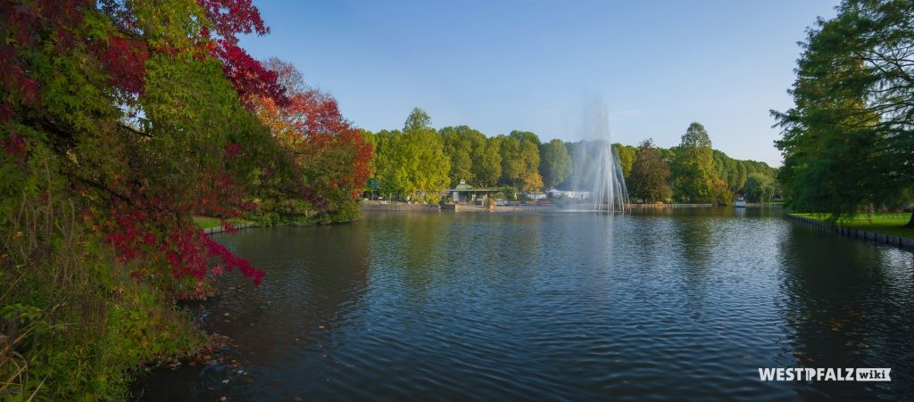 Großer Teich in der Parkanlage Rosengarten in Zweibrücken