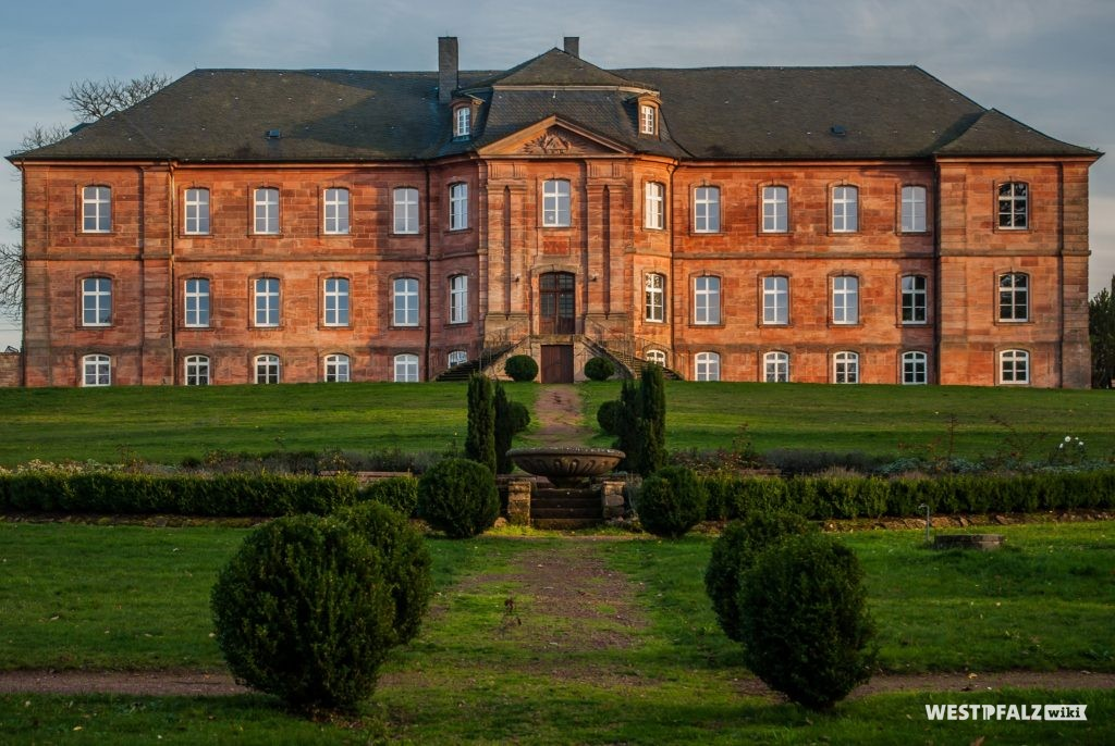 Ein Teil der 30.000 Quadratmeter großen Parkanlage, geplant von Johannes Rolfes, angrenzend an das Karlstal mit Blick auf das Trippstadter Barockschloss.