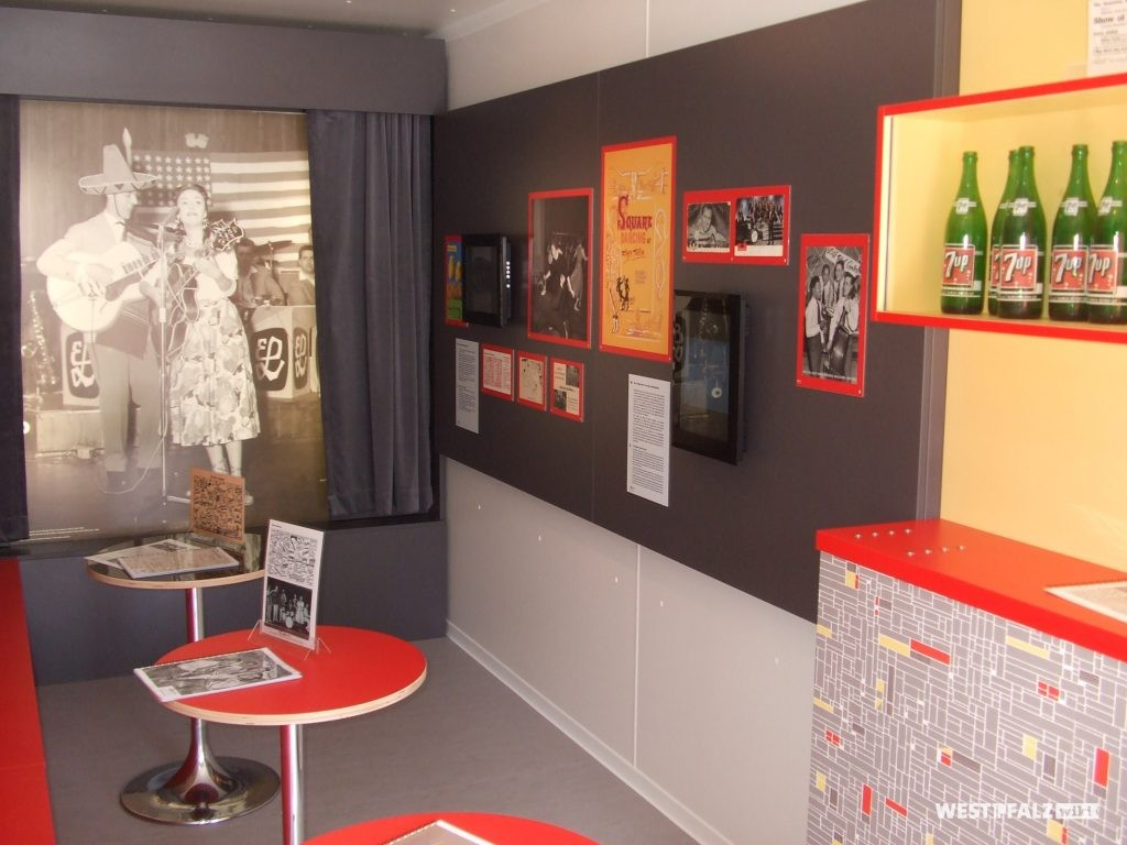 """Einblick in den Themencontainer """"Welcome to the Club"""" des Museum Docu Center in Ramstein-Miesenbach"""