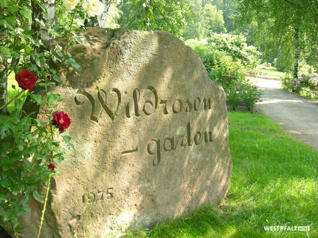 """Wegmarkierung mit der Inschrift """"Wildrosengarten"""" im Wildrosengarten Zweibrücken."""