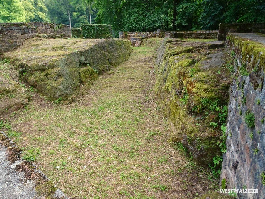 Von Nord nach Süd verlaufender Graben durch die Ruine der Ehrwoogburg in Zweibrücken.