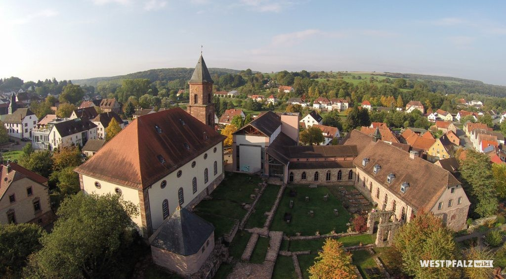 Luftaufnahme der gesamten Klosteranlage Hornbach. Links die Klosterkirche, rechts Teile des ehemaligen Kreuzgangs und links unten, am Ende der Kirche, die neuzeitliche Kapelle über dem Pirminiusgrab.