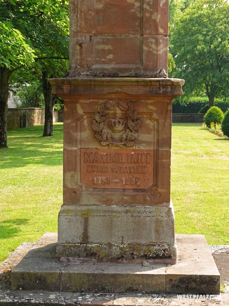 """Sockel des Denkmals des bayerischen Königs Maximilian I. Joseph im Garten des Herzogschlosses in Zweibrücken. Die Inschrift lautet: """"Maximilian I. König von Bayern 1756-1825."""