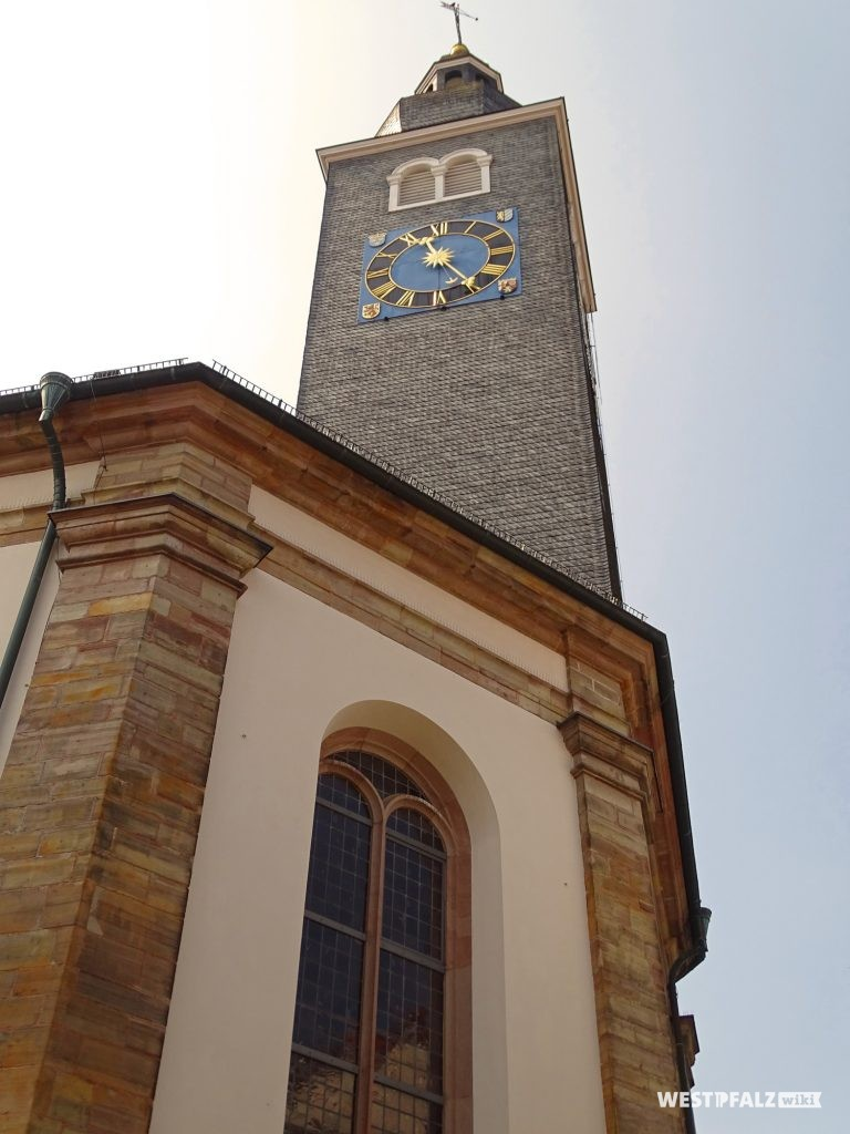 Kirchturm der Karlskirche in Zweibrücken in Froschperspektive.