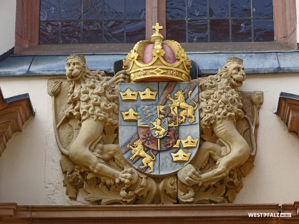 Das schwedische Wappen zwischen den Giebelschenkeln am Hauptportal der Karlskirche in Zweibrücken