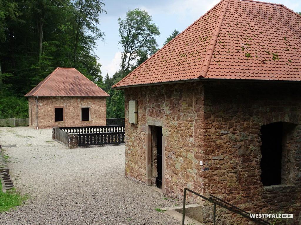 Die beiden teilrekonstruierten Königinnen- und Prinzessinnenpavillons mit Aussichtsplattform.