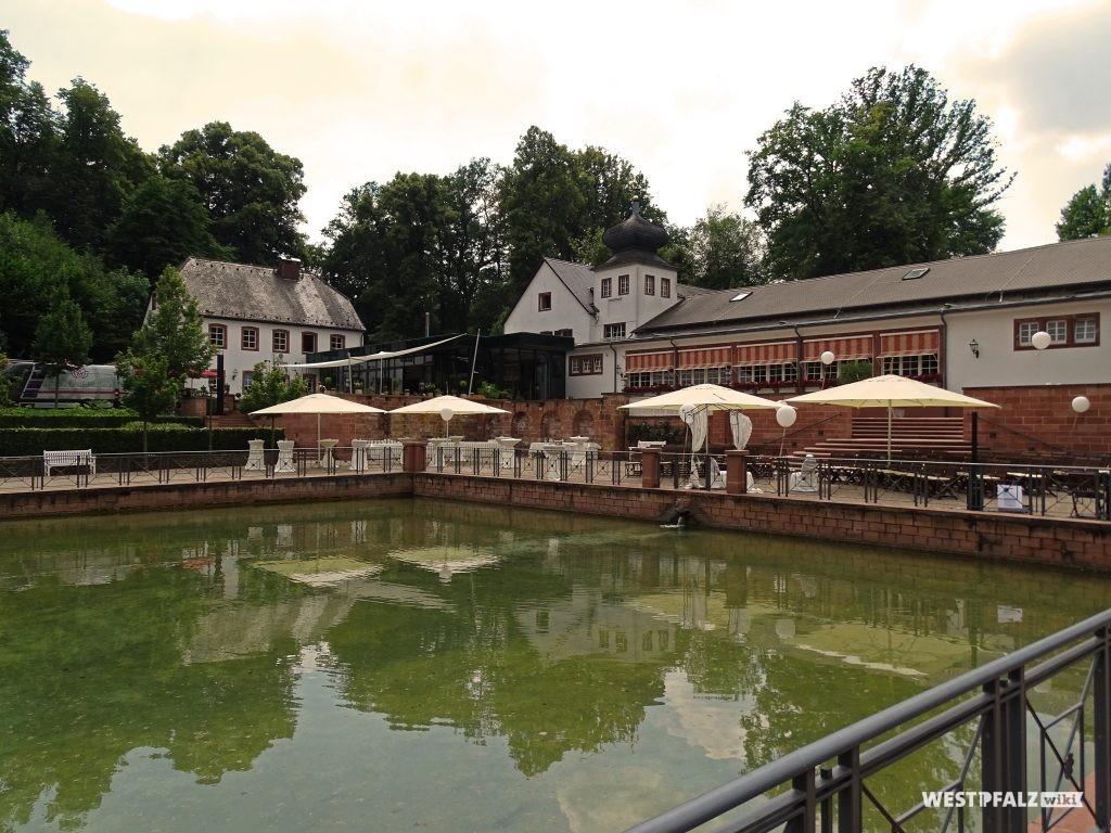 Blick auf das heutige Romatikhotel Fasanerie in Zweibrücken mit vorgelagertem Bassin.