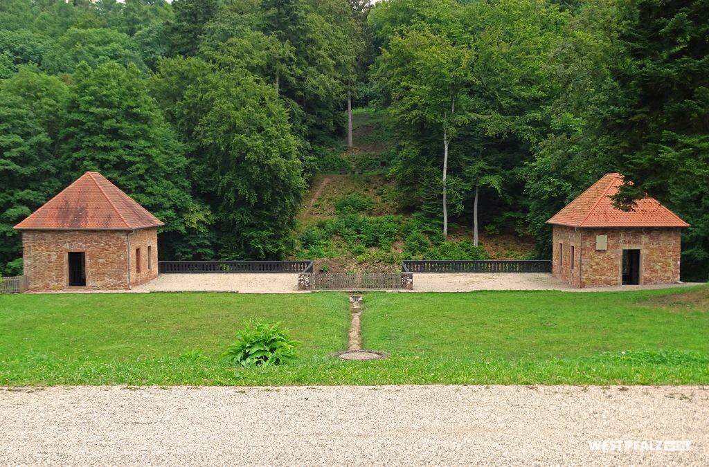 Blick auf den einstigen Trompetenhügel des ehemaligen Lustschlosses Tschifflik auf dem Gelände der Fasanerie in Zweibrücken.