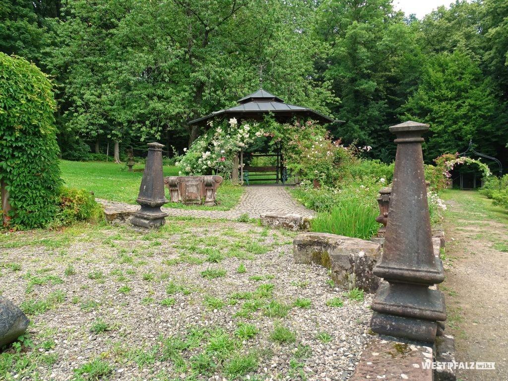 Blick auf Säulen und einen Pavillon im Wildrosengarten in Zweibrücken.