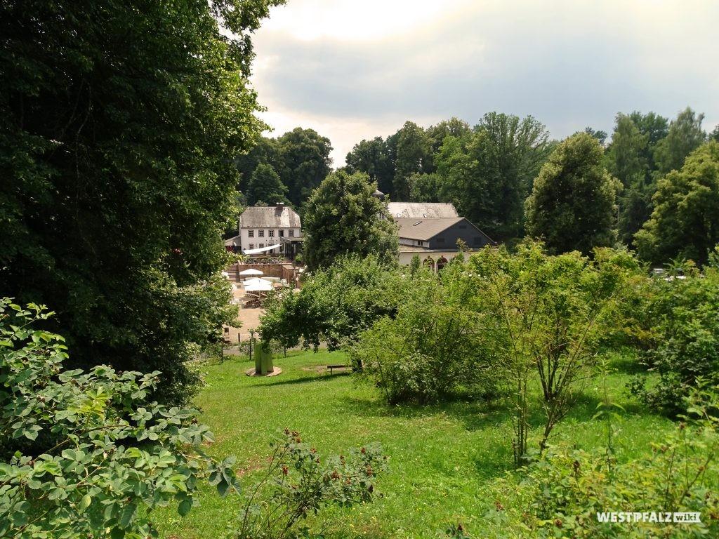 Blick auf das Landschloss Hotel Fasanerie vom Wildrosengarten in Zweibrücken.