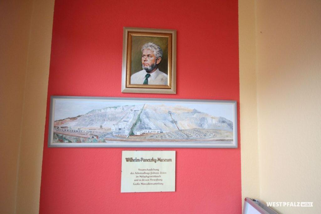 Porträt von Wilhelm Panetzky im Steinhauermuseum in Rammelsbach. Darunter ein Gemälde des Steinbruchs