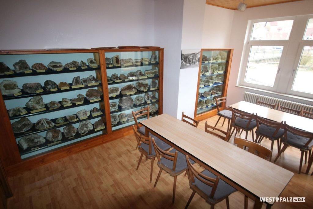 Steinexponate in einem Ausstellungsraum des Steinhauermuseums in Rammelsbach