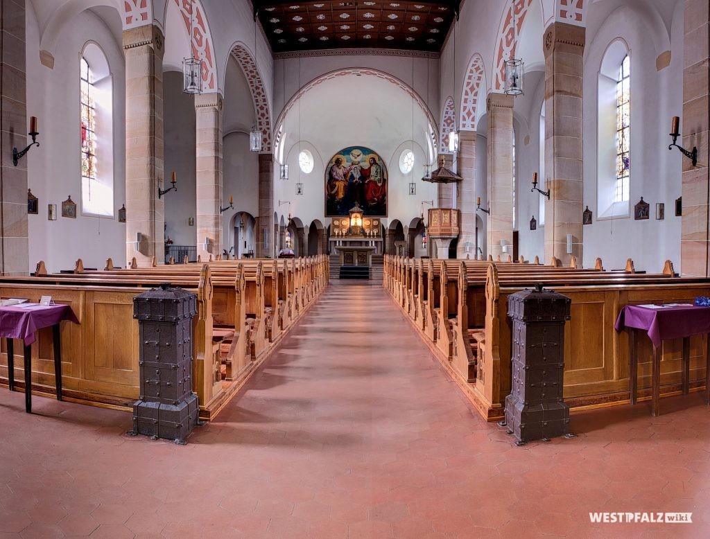 Innenansicht der Wallfahrtskirche des Wallfahrtsortes Maria Rosenberg in Waldfischbach-Burgalben.