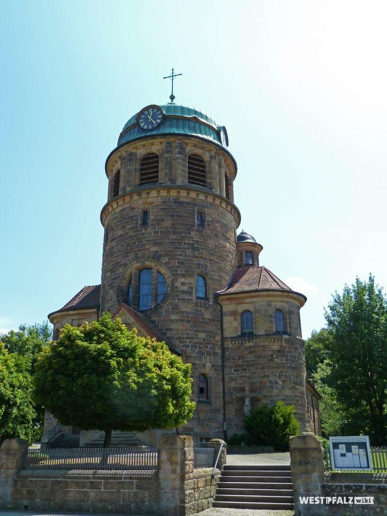 Ansicht der katholischen Kirche St. Sebastian in Rockenhausen von der Kreuznacher Straße.