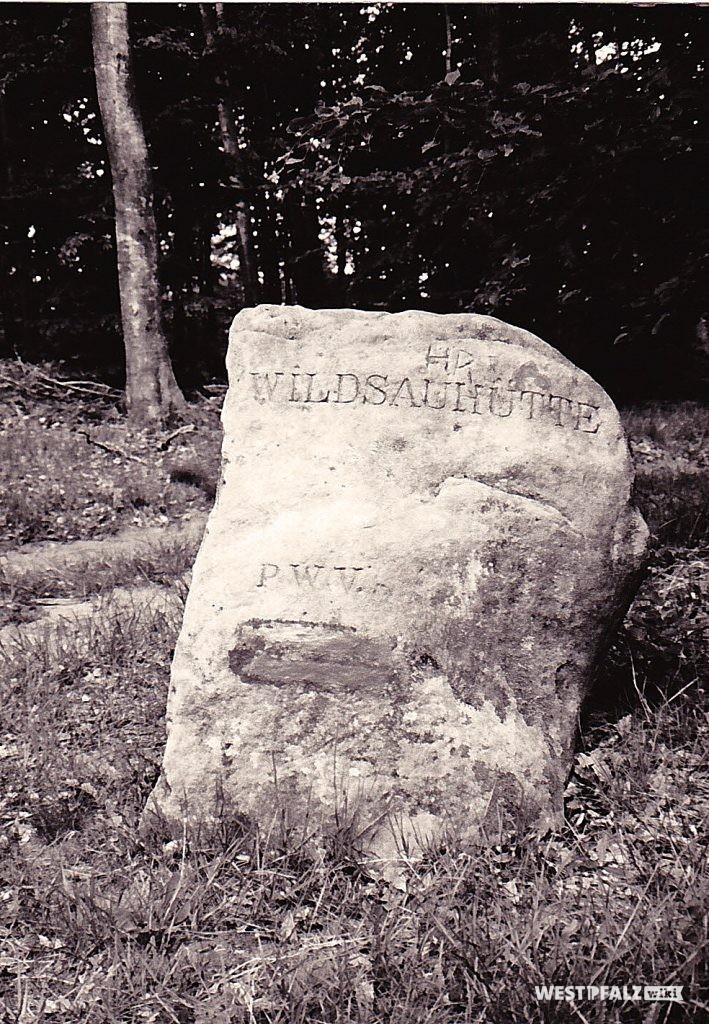 """Ritterstein Nr. 50 am Hanseck bei Wilgartswiesen mit der Inschrift """"Wildsauhütte"""" und """"PWV."""""""
