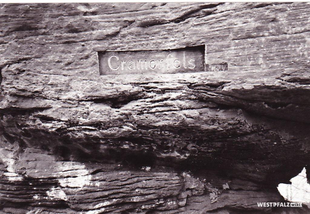 """Ritterstein Nr. 100 mit der Bezeichnung """"Cramerfels"""" als Teil eines natürlichen Felsens."""