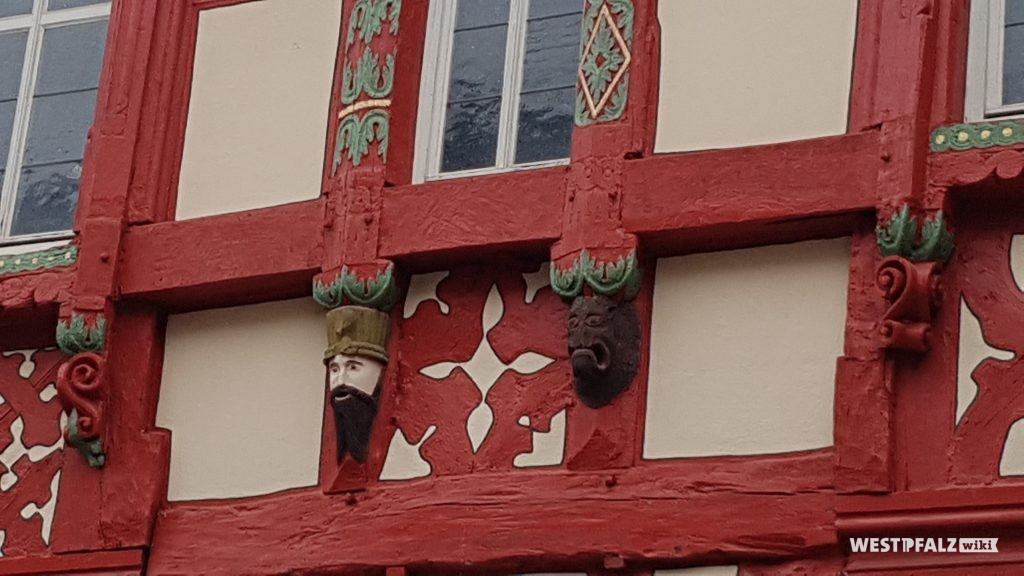 Holzgeschnitze Fratzen an Außenfassade