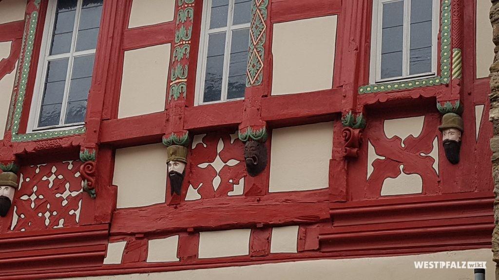 Schuck'sches Haus -Holzgeschnitzte Fratzen-  Aussenfassade