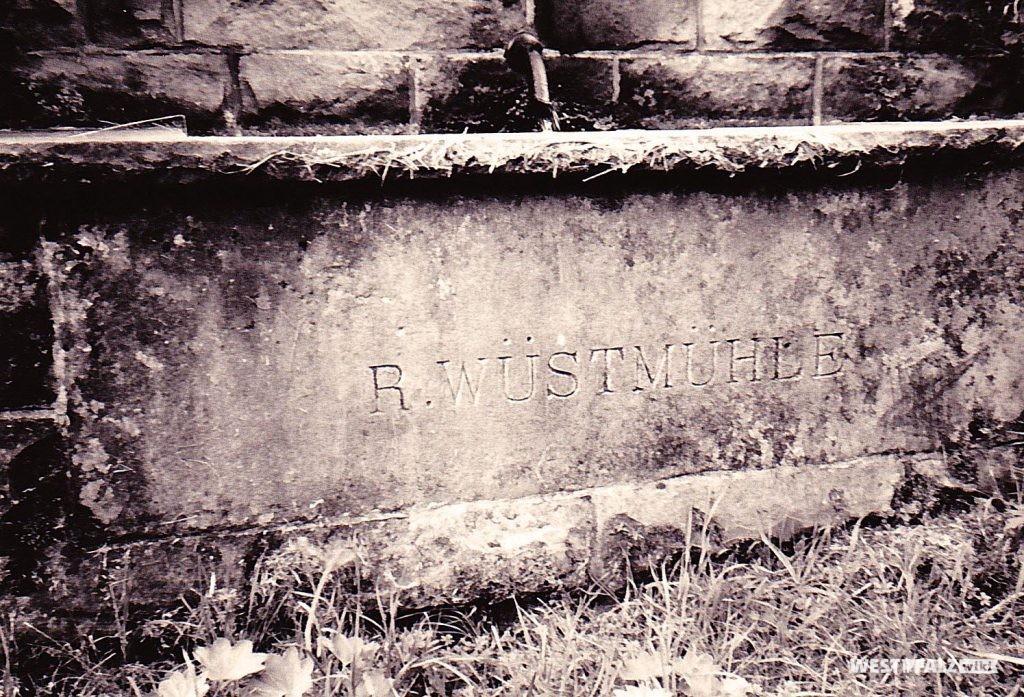 """Der Ritterstein """"R. Wüstmühle"""" beim Hermersbergerhof."""