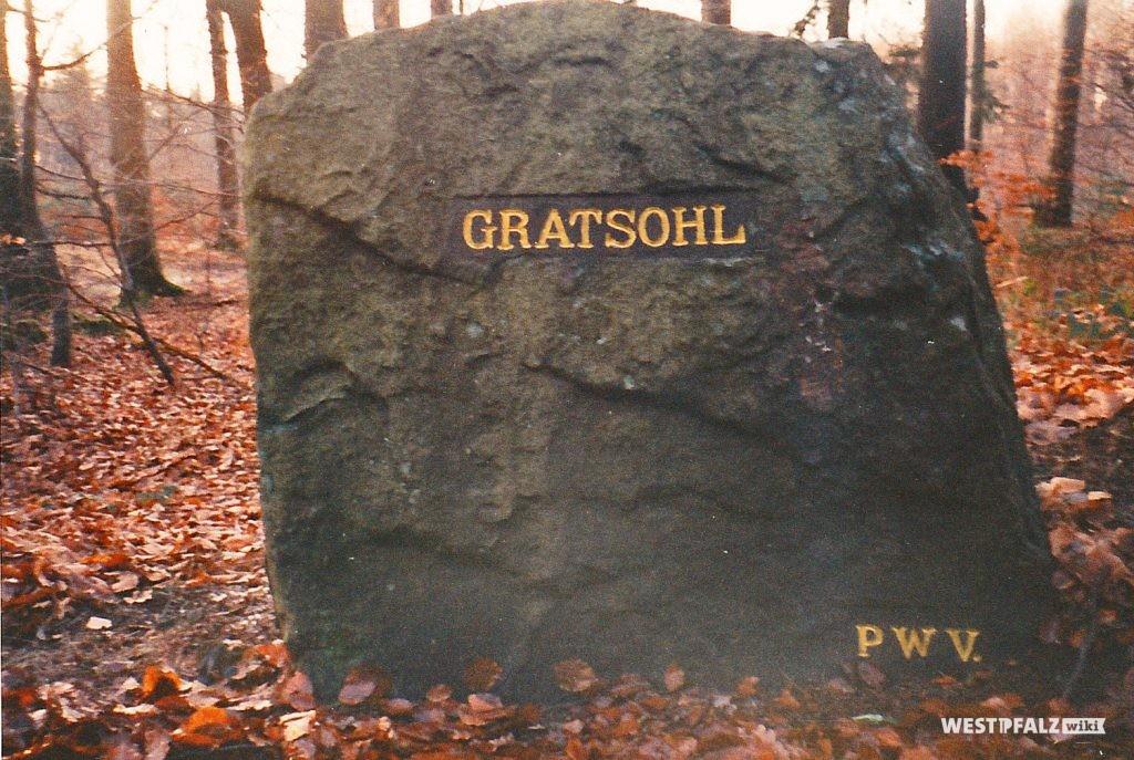 """Der Ritterstein """"Gratsohl"""" bei Johanniskreuz nach seiner Renovierung im Herbst 1998."""