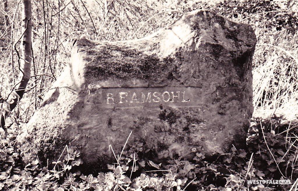 """Ritterstein Nr. 114 bei Waldleiningen mit der Inschrift """"R. F. Amsohl"""" (1993)."""