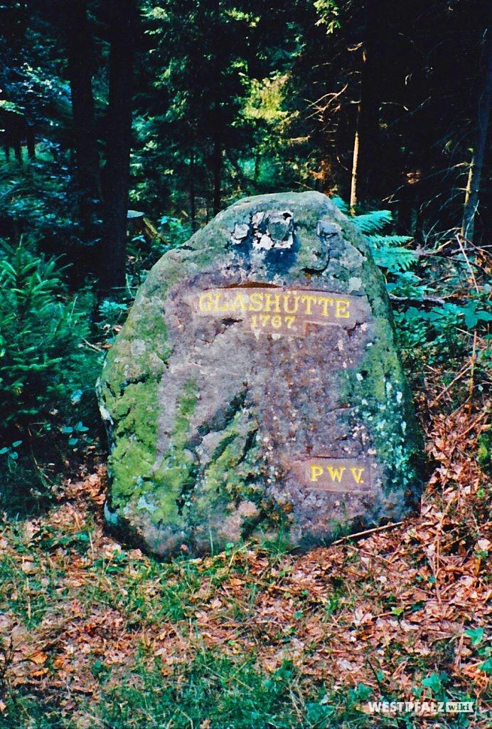 """Ritterstein Nr. 115 mit der Inschrift """"Glashütte 1767"""" und """"PWV."""" bei Mölschbach (1995)."""