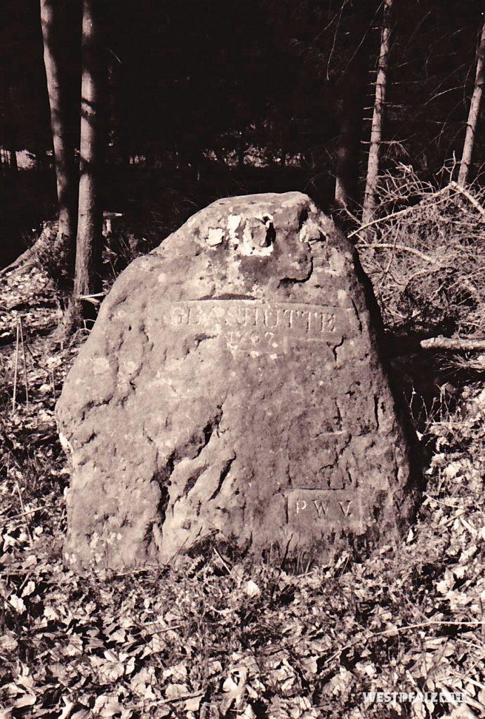 """Ritterstein Nr. 115 mit der Inschrift """"Glashütte 1767"""" und """"PWV."""" bei Mölschbach (1993)."""