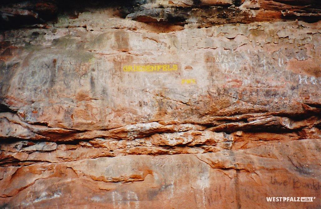 """Das Bild zeigt den Ritterstein Nr. 154 im Leinbachtal mit der Inschrift """"Griesenfels"""" und """"PWV."""" (Pfälzerwald-Verein)."""