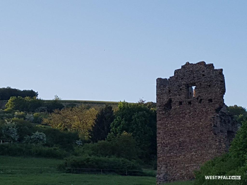 Blick auf das Ritterhaus der Burgruine Lewenstein in Niedermoschel