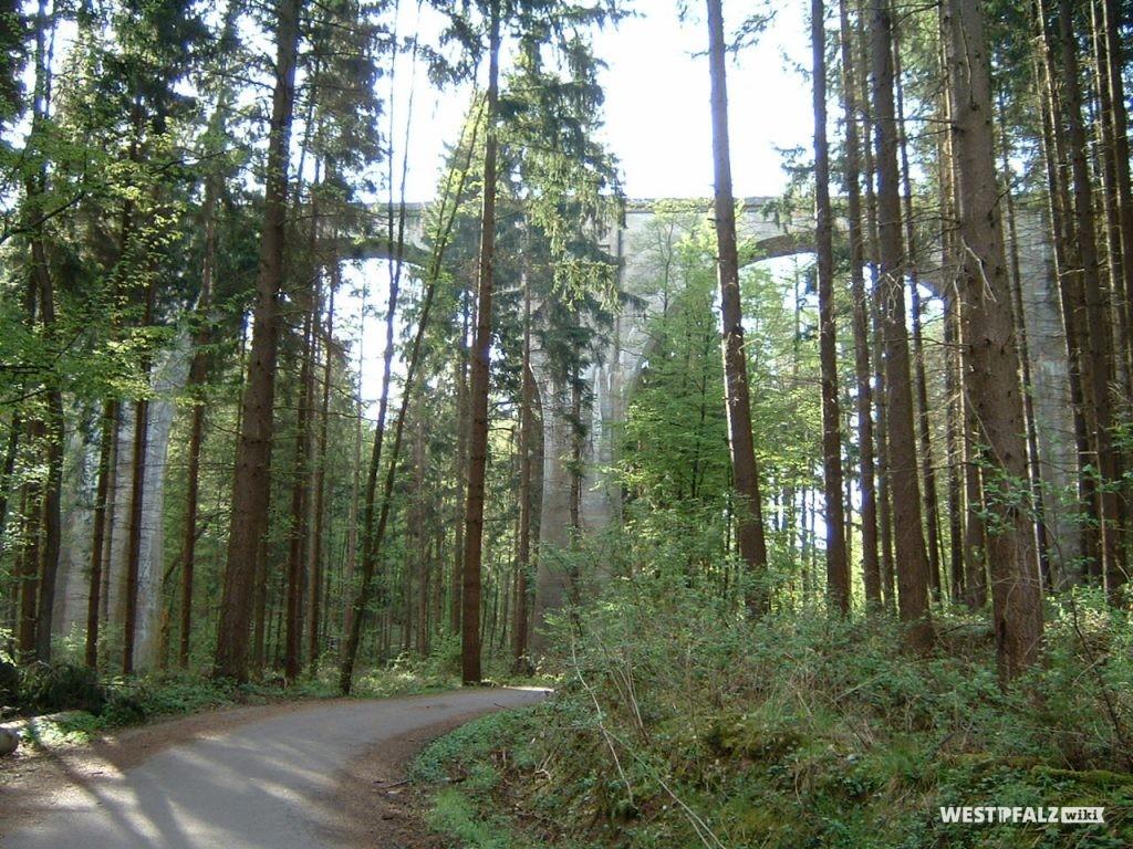 Bockbachtalbrücke bei Ramsen mit darunter hindurchführendem Forst- und Wanderweg