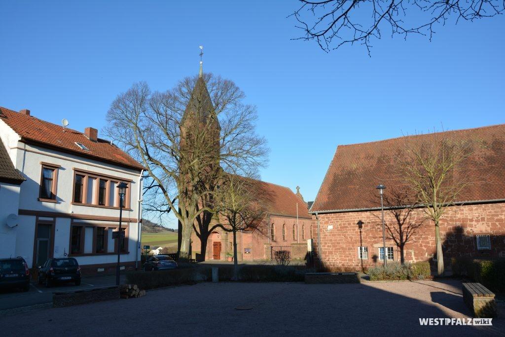 Blick über den ehemaligen Klosterhof des Klosters Ramosa. Im Hintergrund befindet sich die 1907 erbaute protestantische Pfarrkirche in Ramsen.