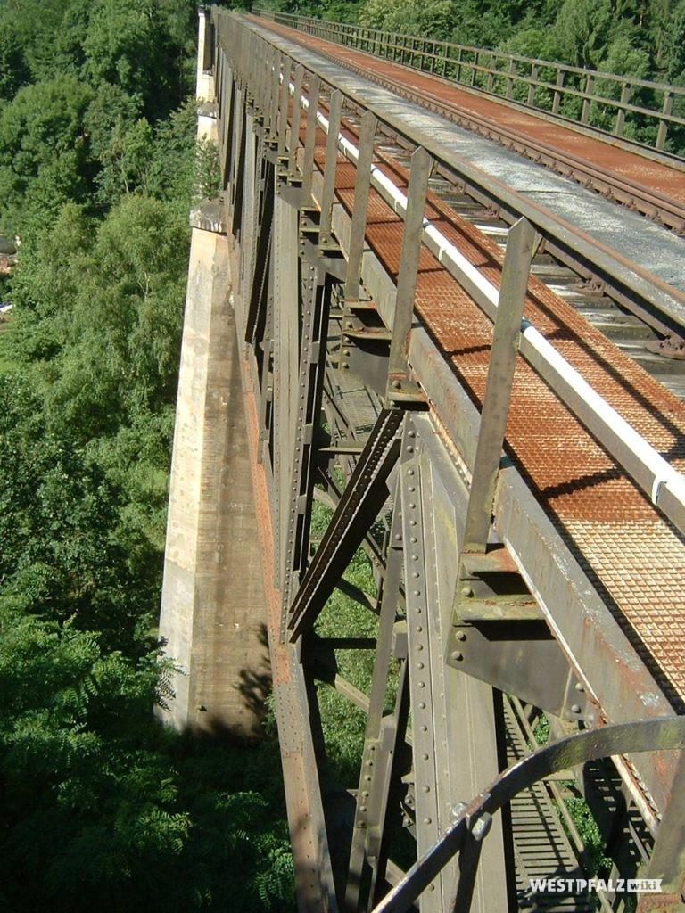Blick entlang der Schienen über die Eiswoogbrücke