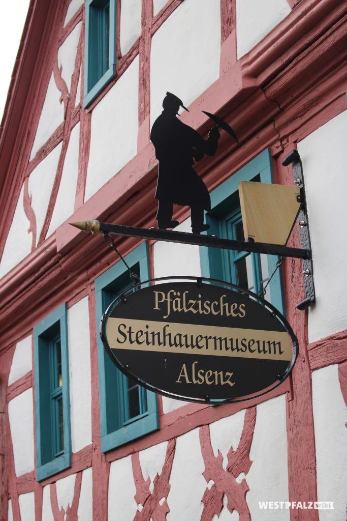 Eisernes Schild über dem Eingang des Steinhauermuseums in Alsenz.