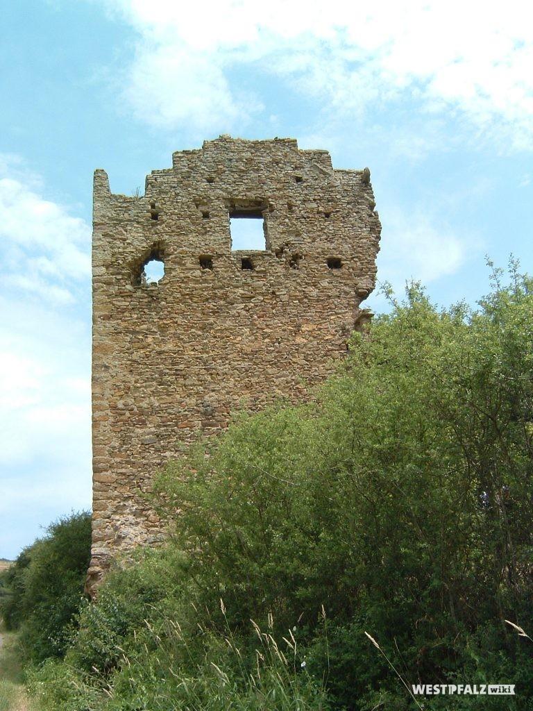 Blick auf die Giebelseite des Ritterhauses der Burgruine Lewenstein in Niedermoschel