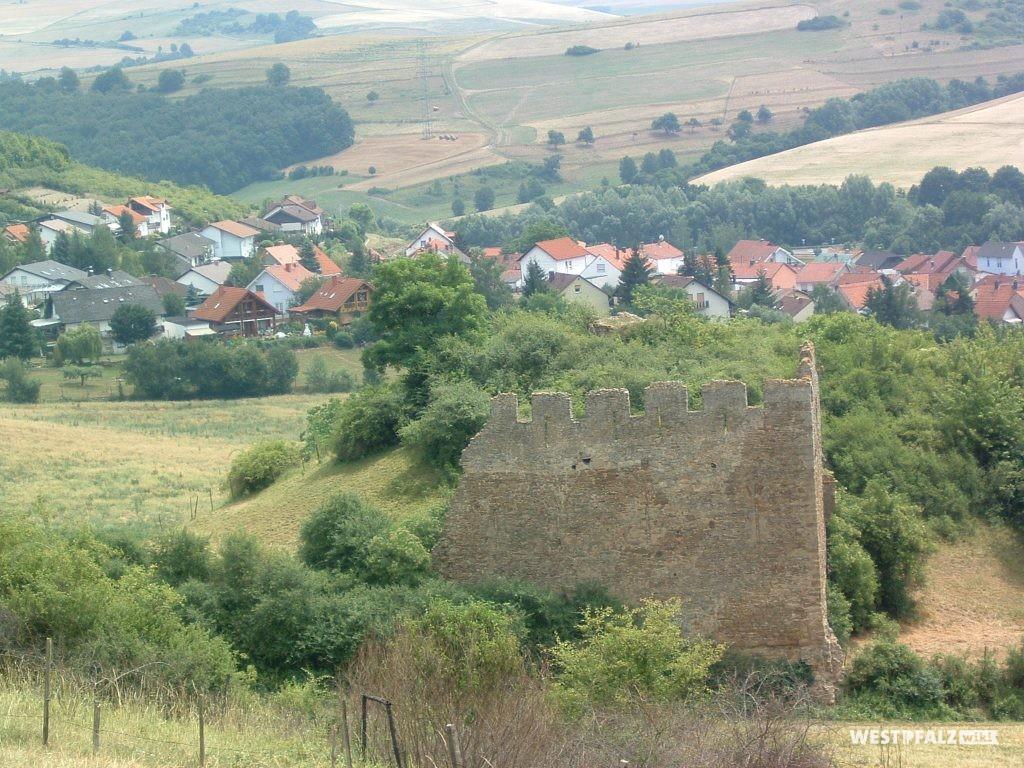 Burgruine Lewenstein mit Blick auf die Gemeinde Niedermoschel