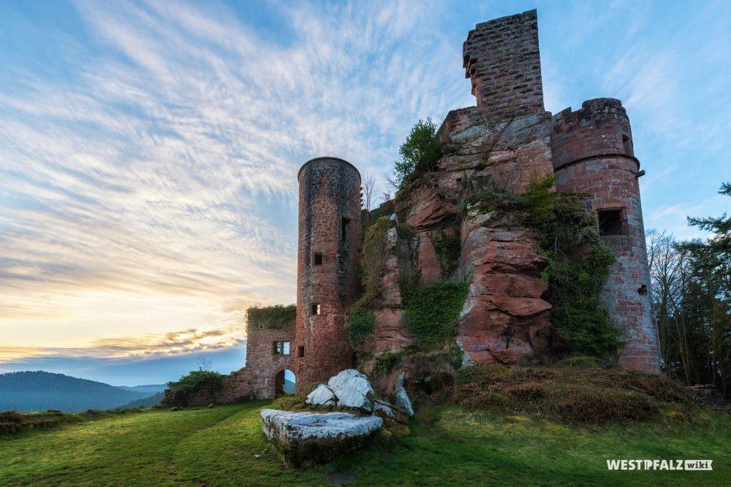 Blick auf die Burg Neu-Dahn von Norden.
