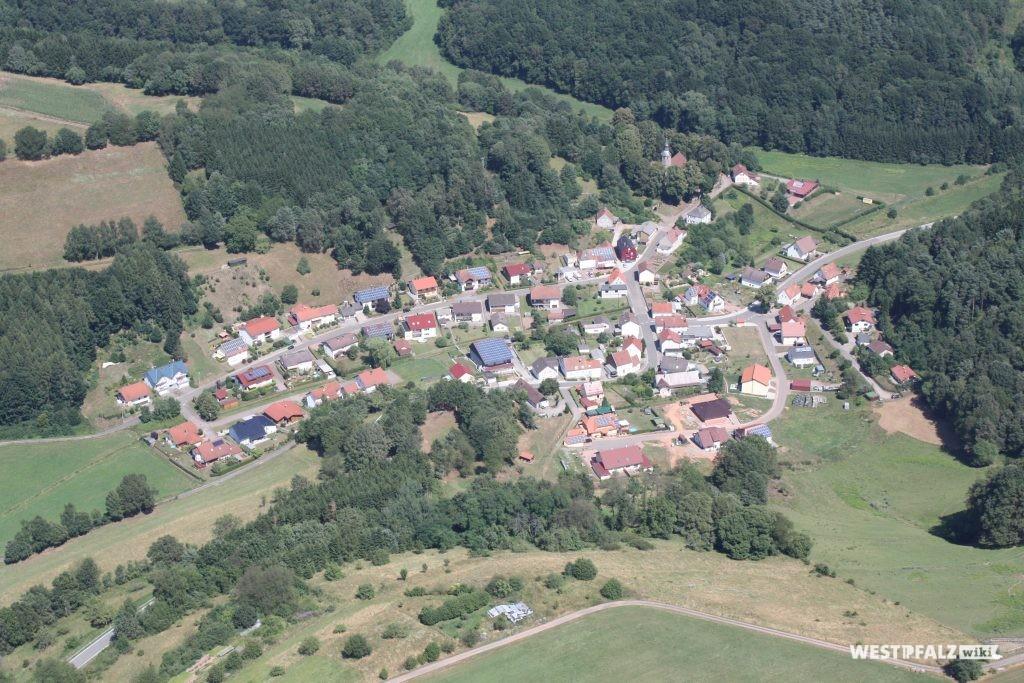 Luftaufnahme des Ortes Labach, im Nordwesten des Dorfes liegt die gotische Kirche (im Bild rechts oben).