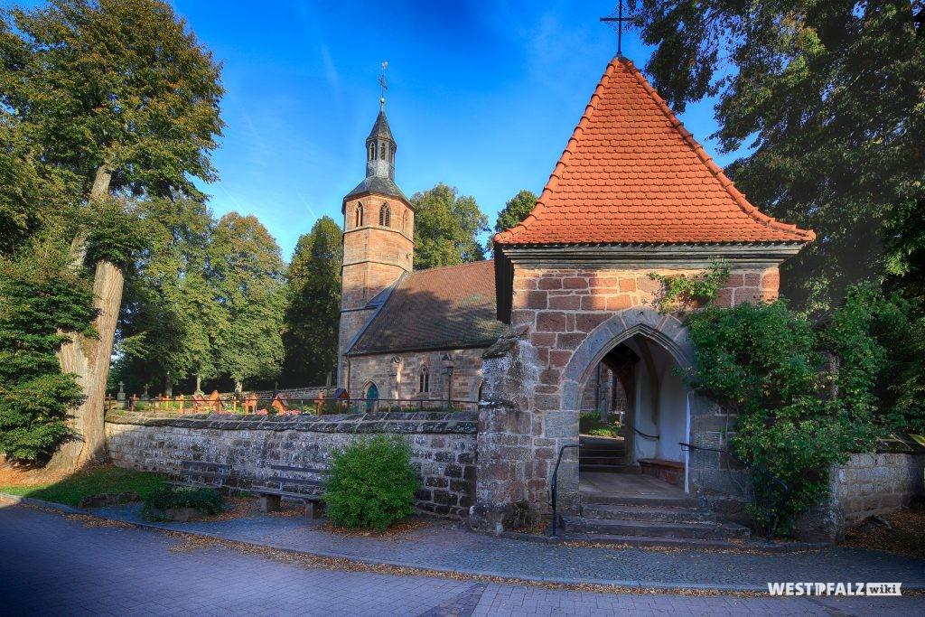 Kirche Mariä Himmelfahrt mit Friedhof und Eingangsportal