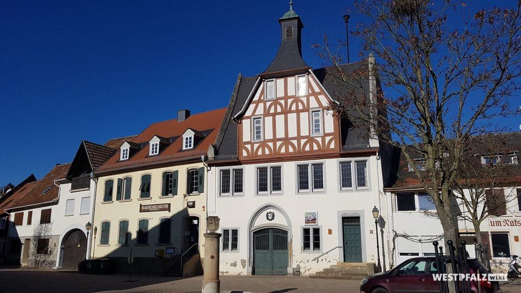 Altes Rathaus mit Radio-Museum am Marktplatz in Obermoschel