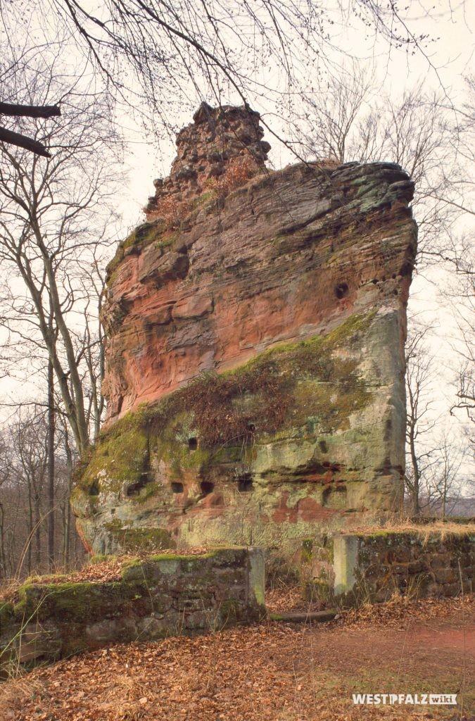 Burgruine Beilstein.  Hauptburg. Blick aus dem östlichen Teil auf den Burgfelsen. Im Vordergrund die Quermauer mit der südlichen der beiden Türen zum westlichen Teil der Burg. Ansicht von Osten.