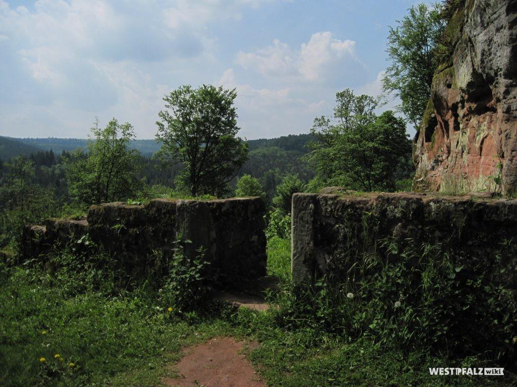 Quermauer mit der südlichen der beiden Türen zum westlichen Teil der Burg. Ansicht von Norden.