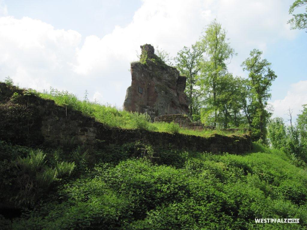 Burgfelsen der Ruine Beilstein. Ansicht aus westlicher Richtung.