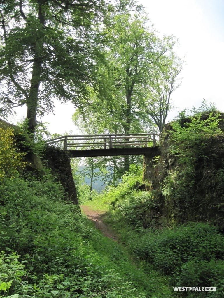 Zugangsbrücke zur Burgruine Beilstein.