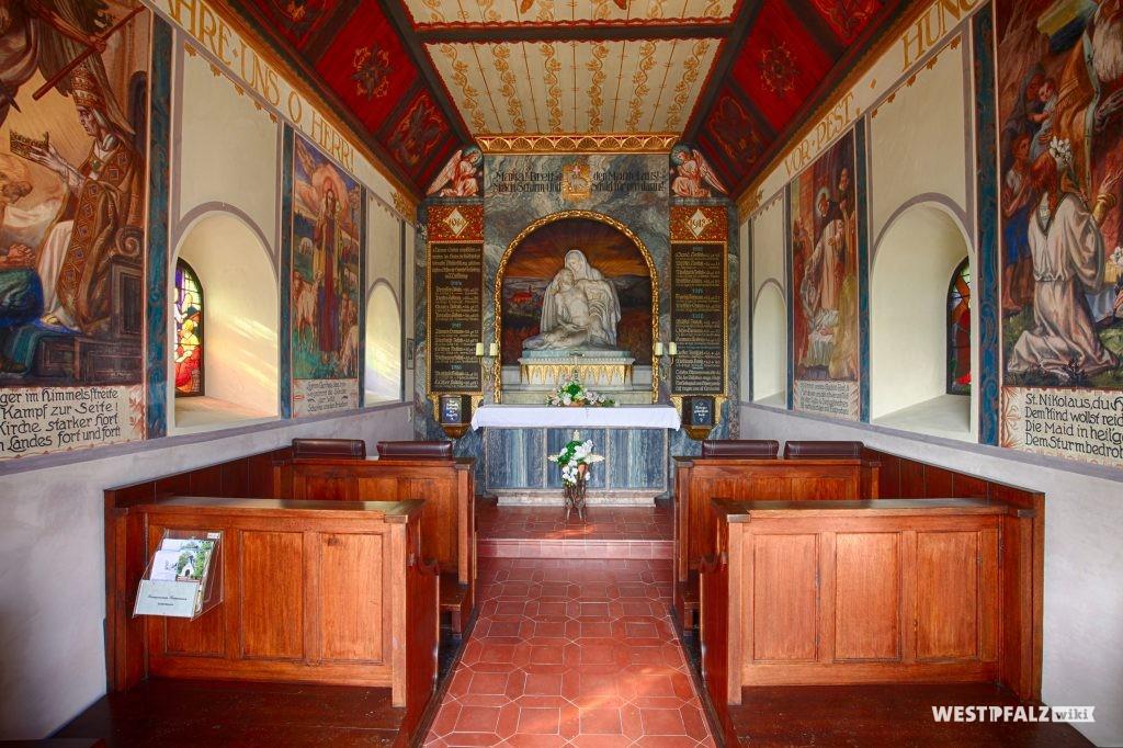Innenraum der Kapelle bei Reifenberg.